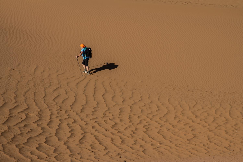 seule dans le sable